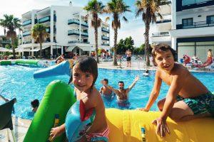 Piscina con juegos hinchables en Pins Platja, Tarragona