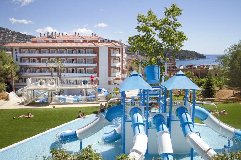 Piscina de un hotel con parque acuático en Lloret de Mar