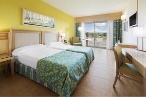 habitacion del hotel con toboganes elba costa ballena