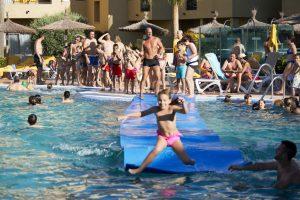 piscina con juegos acuáticos del hotel elba costa ballena