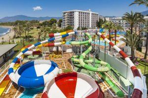 interesante hotel con toboganes en Estepona