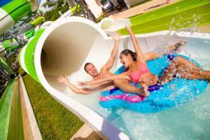 toboganes acuáticos en un hotel de cancún