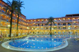 moderno hotel con toboganes para niños en Almuñecar