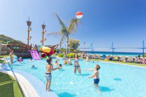 excelente hotel con toboganes en Menorca