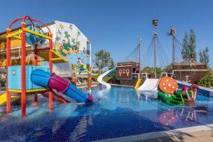 buen hotel con toboganes en el puerto de Alcudia