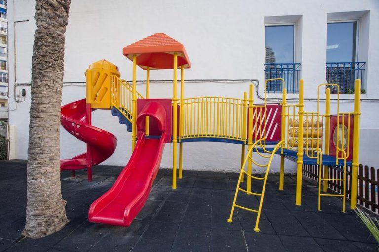 toboganes en zona infantil