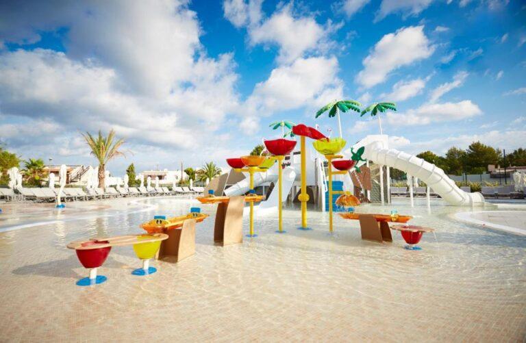 Hoteles con parque acuático para niños en la costa de Ibiza